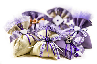 gruppo di bomboniere a sacchetto di colore beige e viola