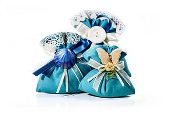 gruppo bomboniere a sacchetto con stoffa celeste e gessetti colorati