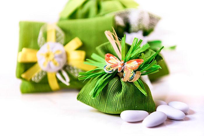 bomboniera in stoffa verde decorata con una farfalla in gessetto colorato