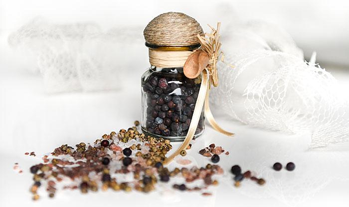 Boccetta di vetro con pepe nero, confezionata con nastro e rafia