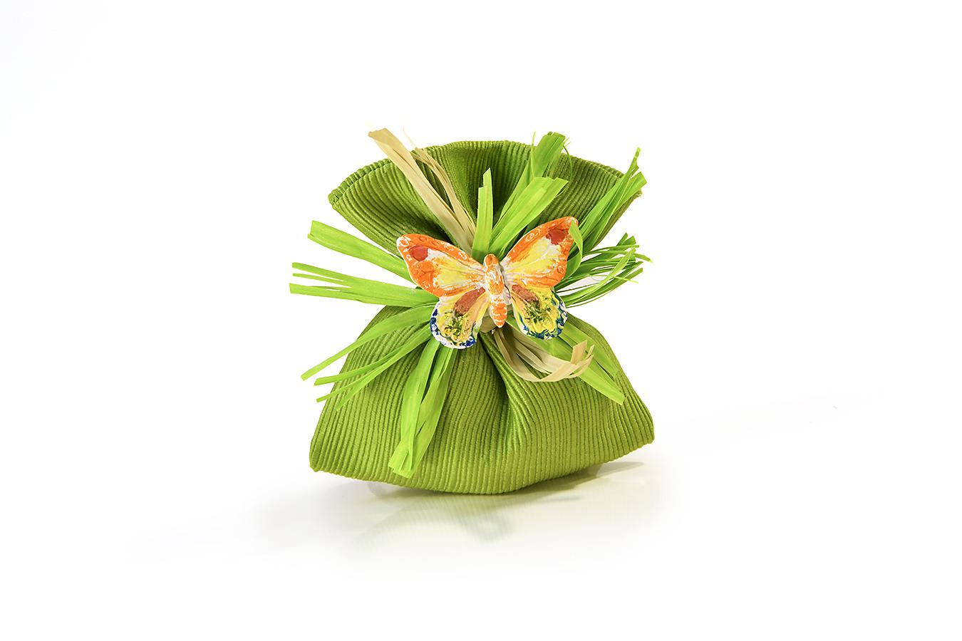 bomboniera di stoffa verde con gessetto a forma di farfallina