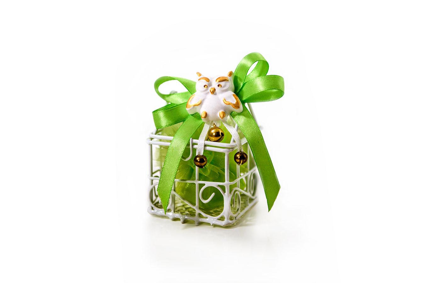 Bomboniera di tulle verde con gabbietta e gessetto a forma di gufetto