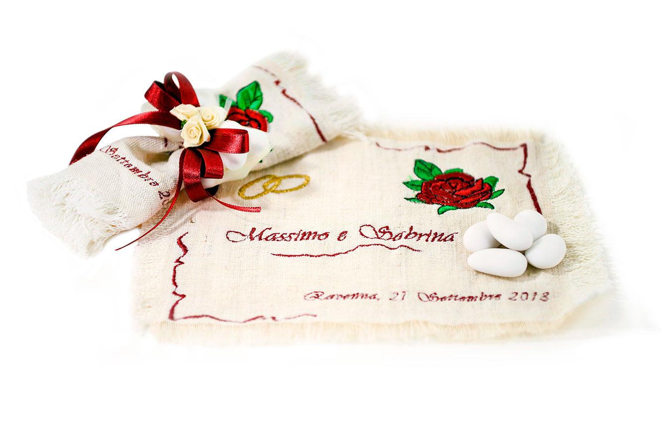 Bomboniera di tela ricamata con nomi e rosa