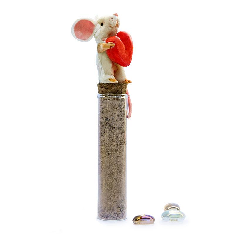 Provetta di vetro con pepe e tappo decorato con topino realizzato in porcellana fredda