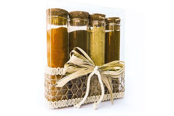 scatolina decorata con rafia contenente provette con curcuma, cannella, curry e zenzero
