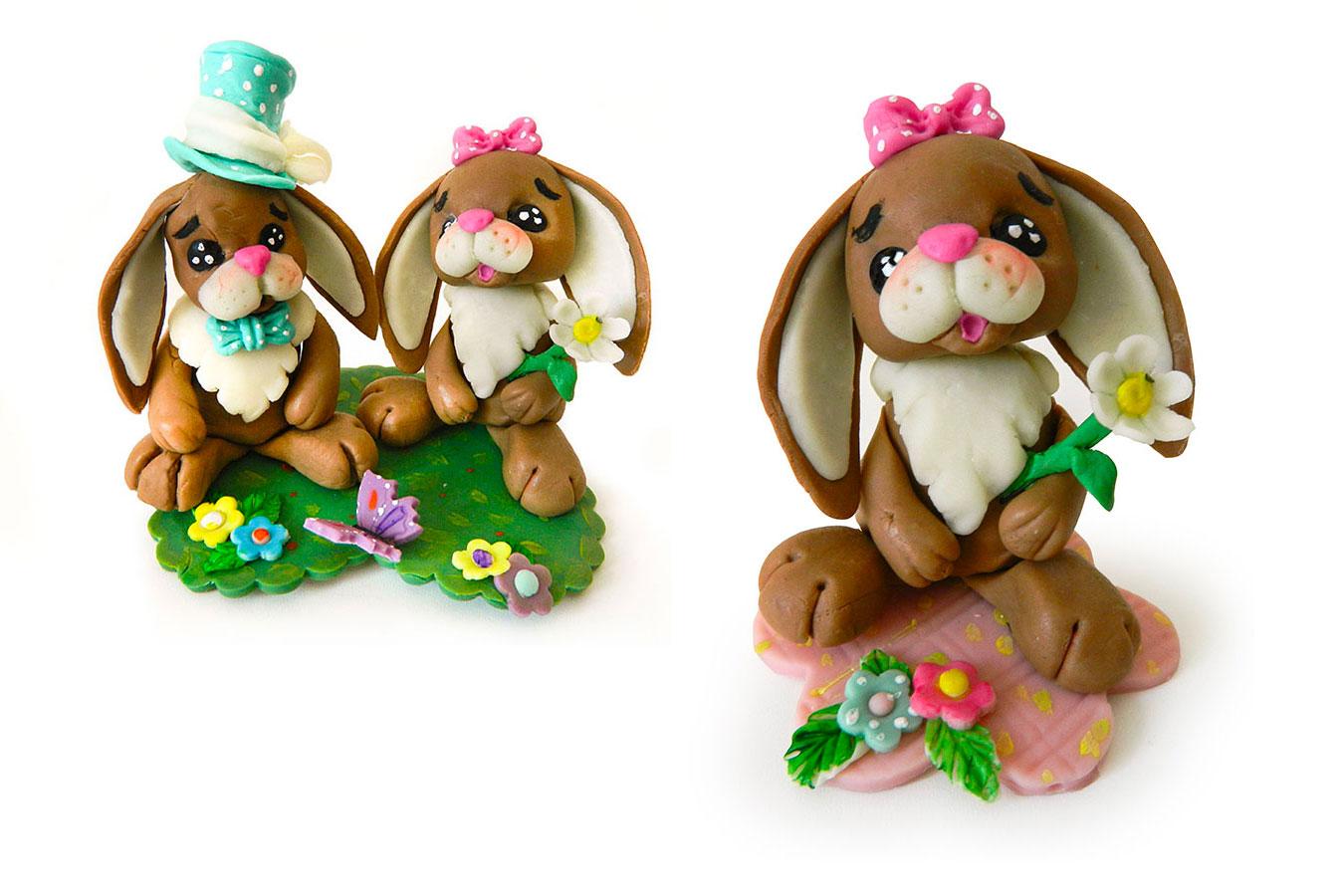coniglietta con fiore e coppia di coniglietti con cappello e fiorellino