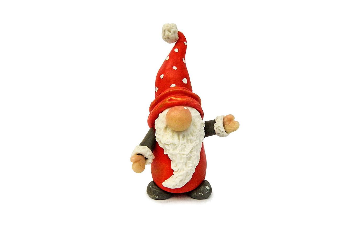 gnomo realizzato in porcellana fredda con cappello rosso a pois bianchi