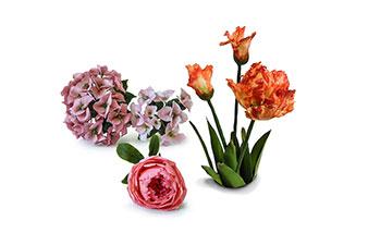 gruppo di fiori realizzati in porcellana fredda