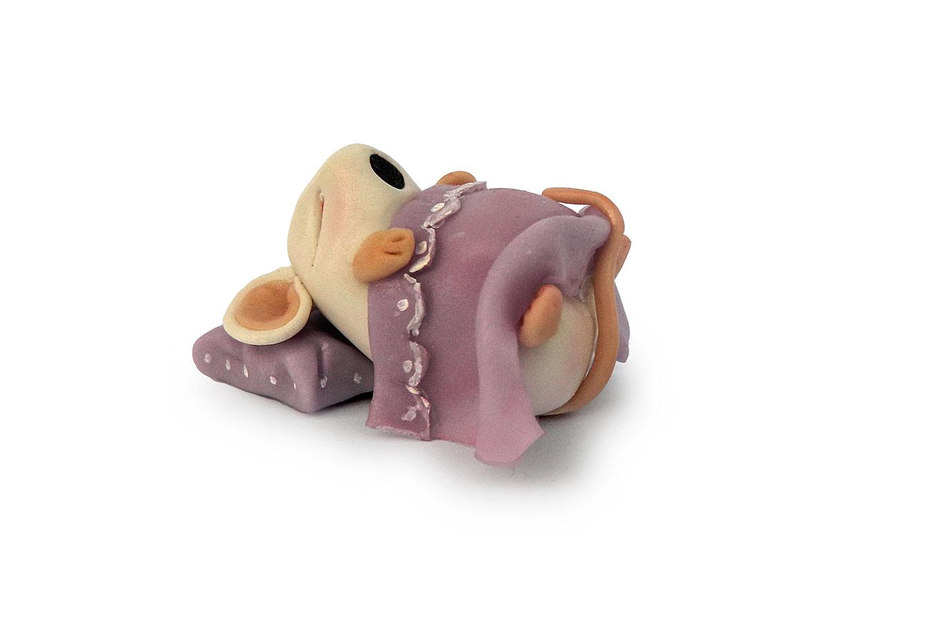 topino che dorme con copertina realizzato in porcellana fredda
